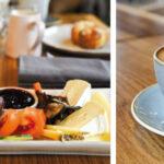 Frühstückstablett und Tasse Kaffee